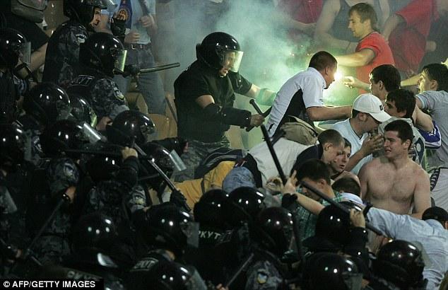Сутичка українського футбольного спецназу з фанатами